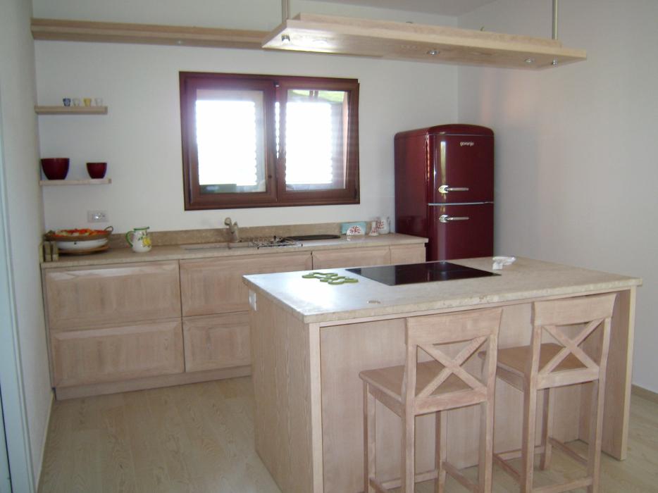 Cucina senza pensili con isola