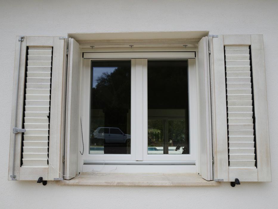 finestra persiana villa bianca in legno meranti - infissi