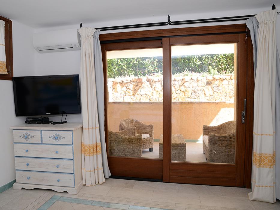 Porta finestra scorrevole marrone in legno meranti