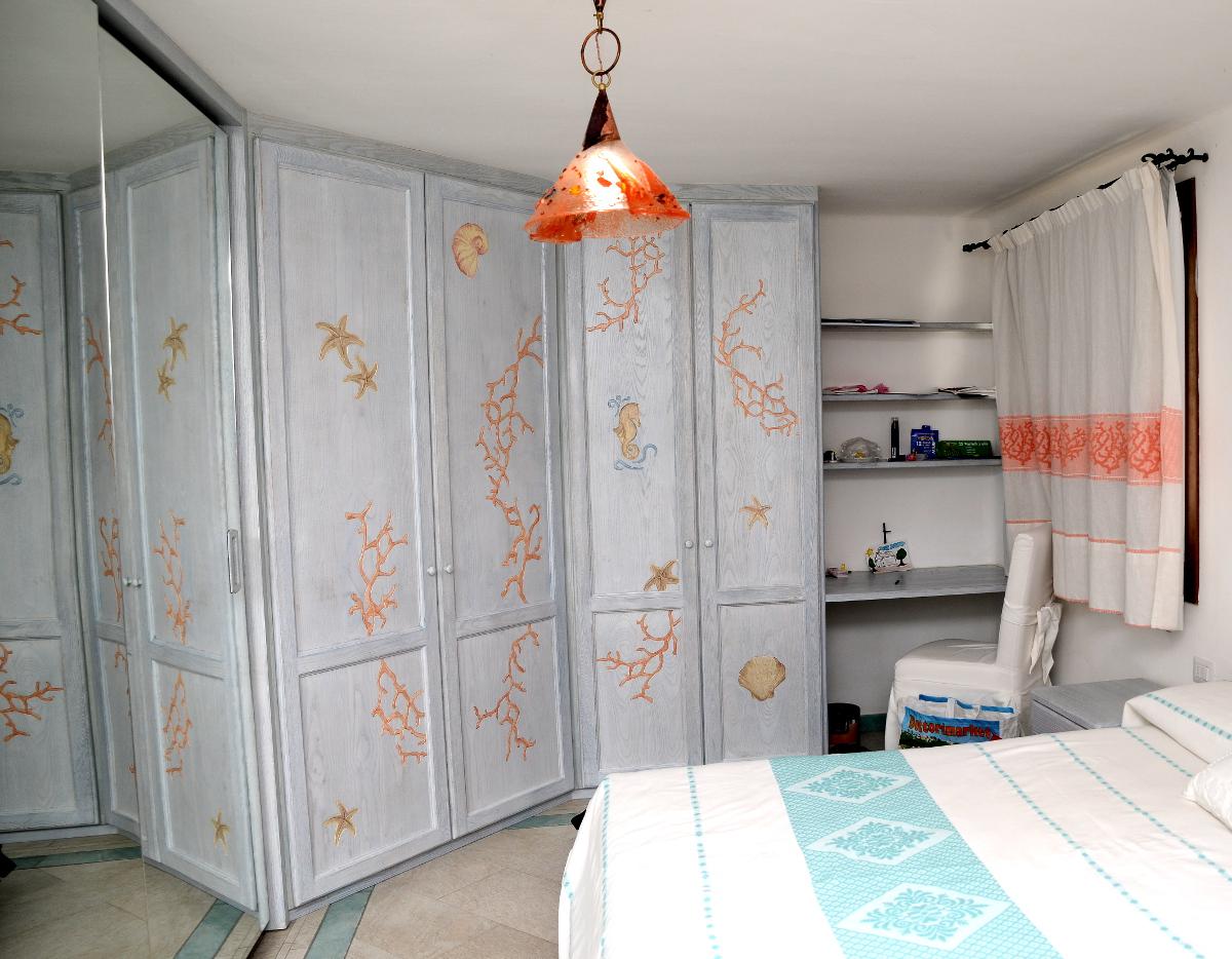 armadio marino in legno con decorazioni in corallo