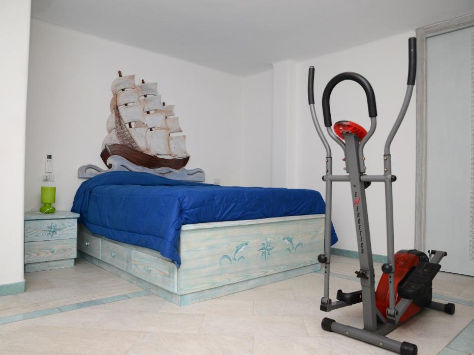 camera da letto in legno con letto con cassetti