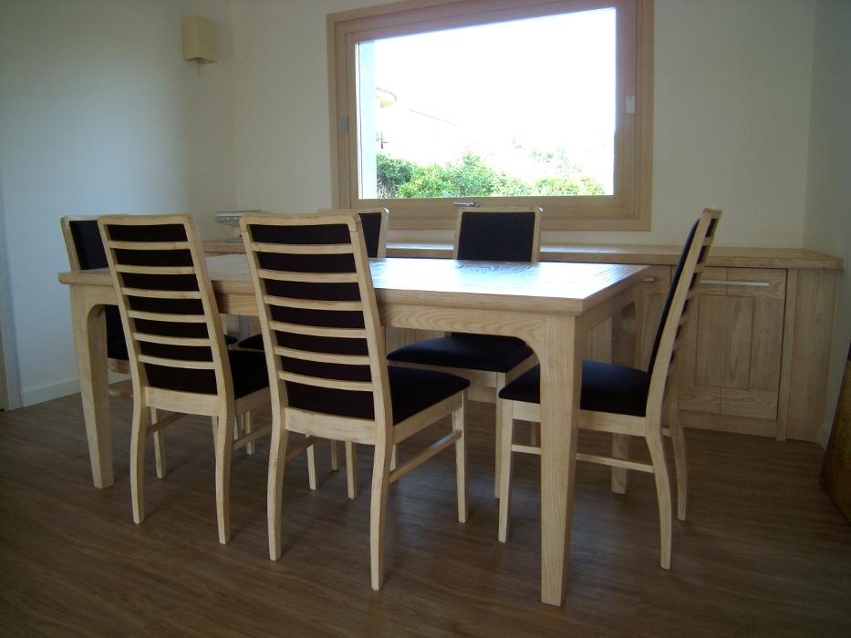 tavolo con sedie e mobile base in legno