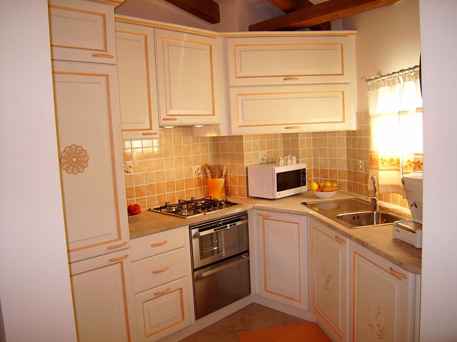 Cucina Rosone in legno stile sardo