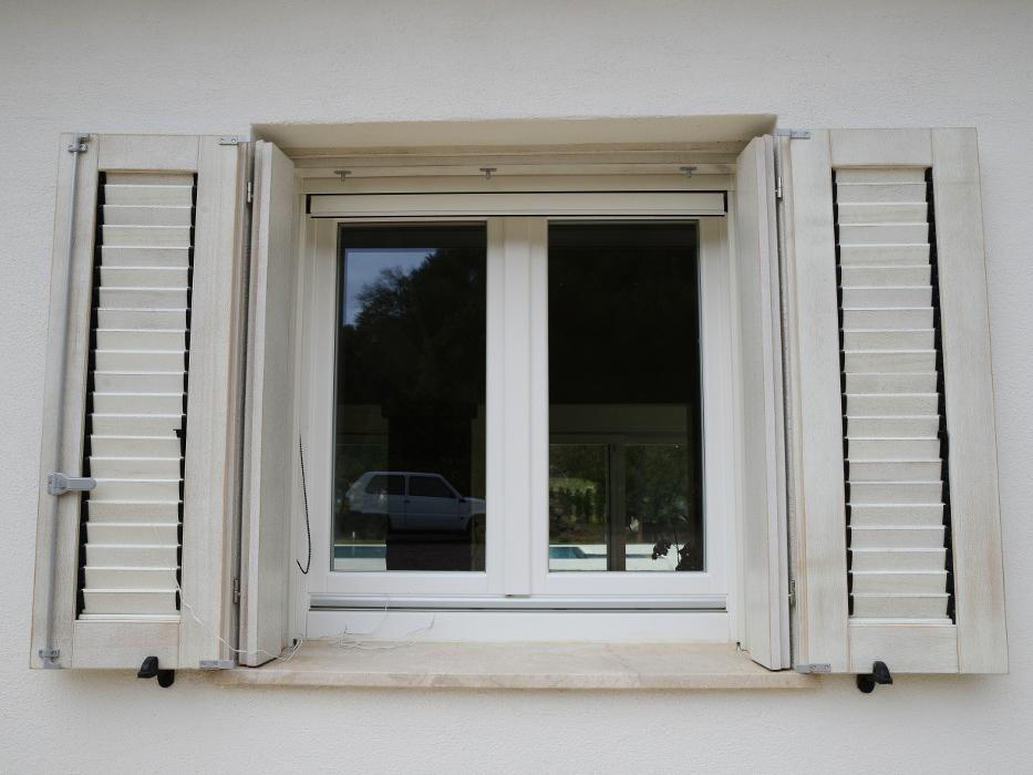 infissi - finestra persiana villa bianca in legno meranti