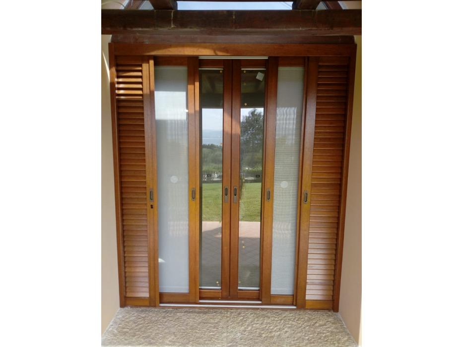 finestra e persiana scorrevole in legno