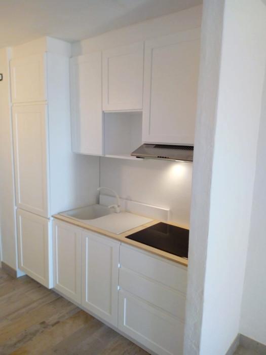 cucina lineare legno laccata interno mura