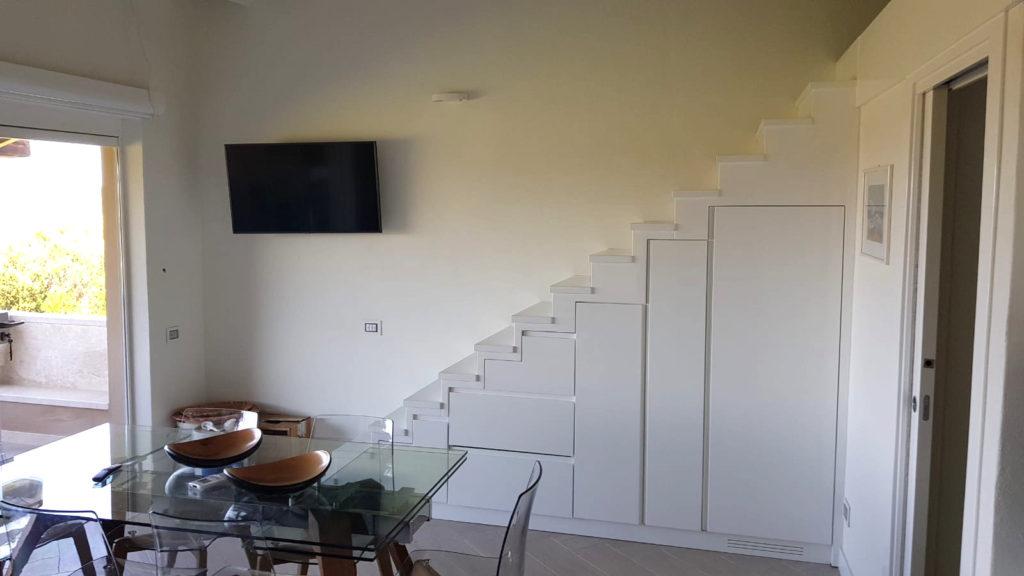 scale attrezzate in legno bianco